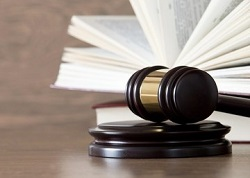 wooden-gavel-books-on-table